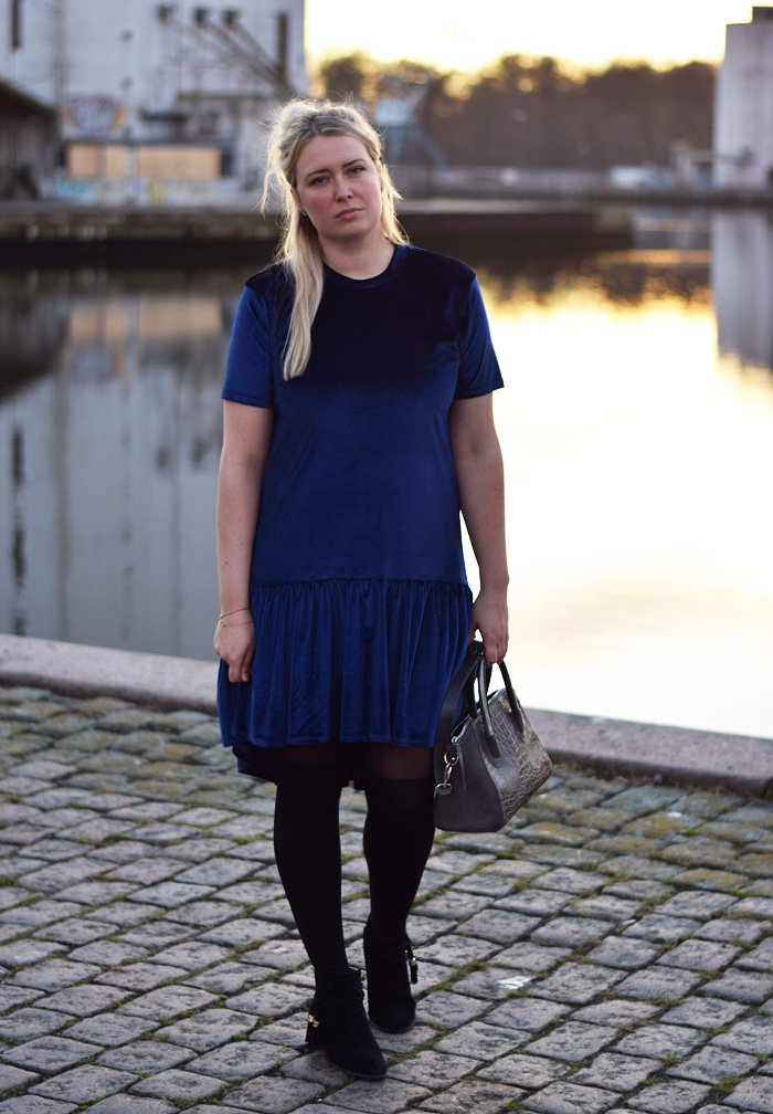 outfit-milk-it-drop-waist-velvet-blue-dress-missjeanett-kjole-odensebloggers-odense-havn-fra-blogger