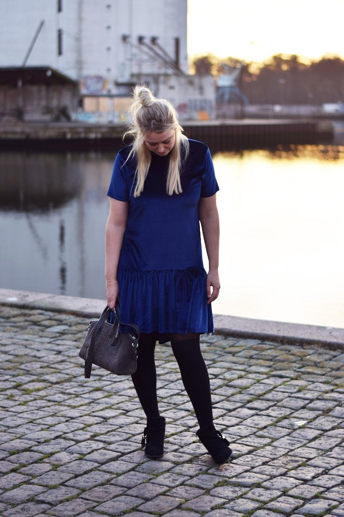 outfit-milk-it-dress-kjole-drop-wait-blue-velvet-blaa-navy-velour-missjeanett-blogger-fra-odense-leowulff-taske-asos-boots