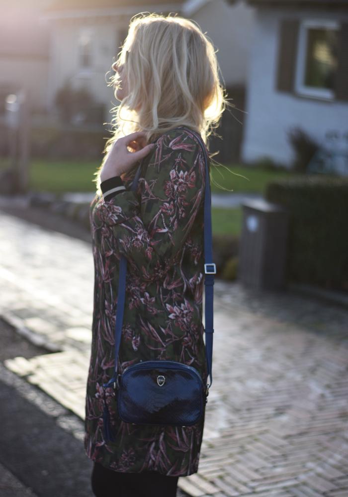 holder-jul-alene-missjeanett-outfit-tropical-print-blogger-leowulff-taske-asos-tall-kjole