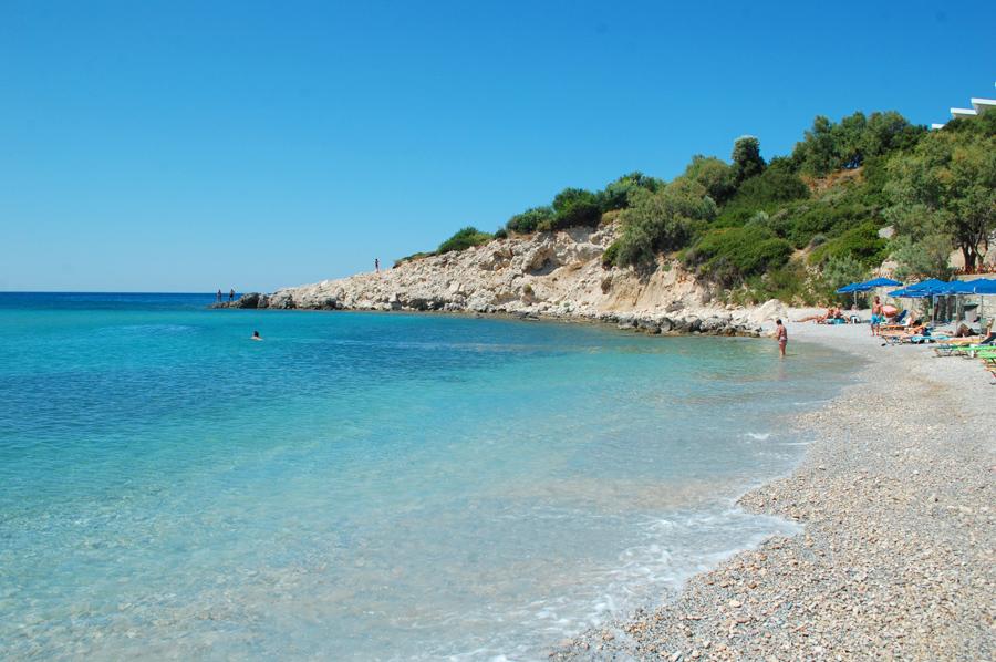samos-glicorisa-beach-hotel-bar-restaurant-pythagorion-pythagoreio-apollo-rejser-med-barn-strande-gode-billeder-af-sten-sand