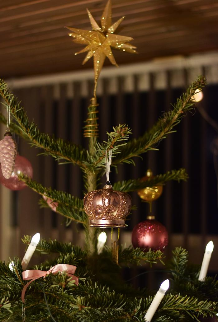 juleaften-mit-juletra-guld-lyserod-rosa-missjeanett-krone-stjerne-min-jul