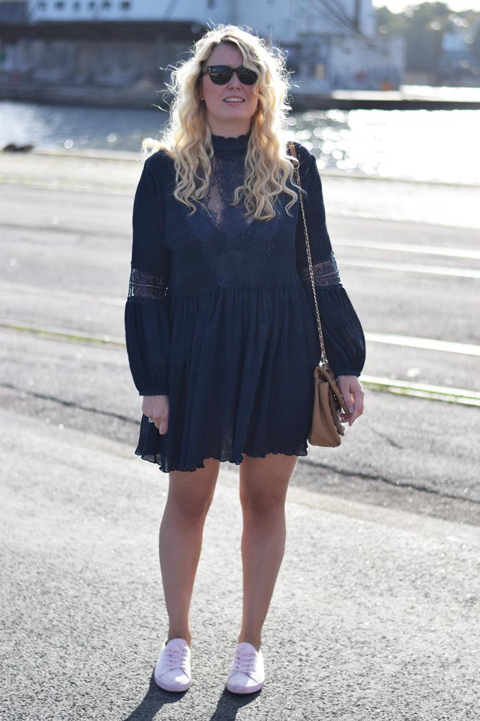 outfit-ganni-missjeanett-blogger-odensebloggers-blonde-high-neck-hoj-hals-kjole-dress-odense-havn-fra