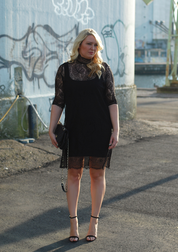 outfit-header-asos-ganni-lace-dress-neck-hals-blonder-sort-missjeanett-blogger-odense-havn-fra-asos-stiletter-dkny-gansevoort-bag-taske-ghd-curl-wand-samsoe-drevsfeldt