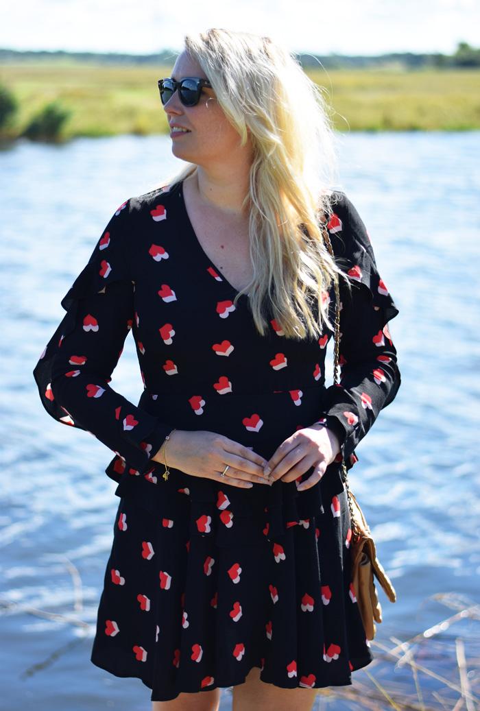 outfit-hjerte-heart-print-dress-from-asos-fra-kjole-frill-ray-ban-stige-o-missjeanett-blogger-best-of-odense-jury-i-juryen