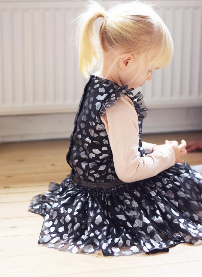 mini-a-ture-julekollektion-2016-diona-kjole-dress-asphalt-silver-julekjole-til-pige-christmas-dress-for-girl-missjeanett-morblogger-odensebloggers