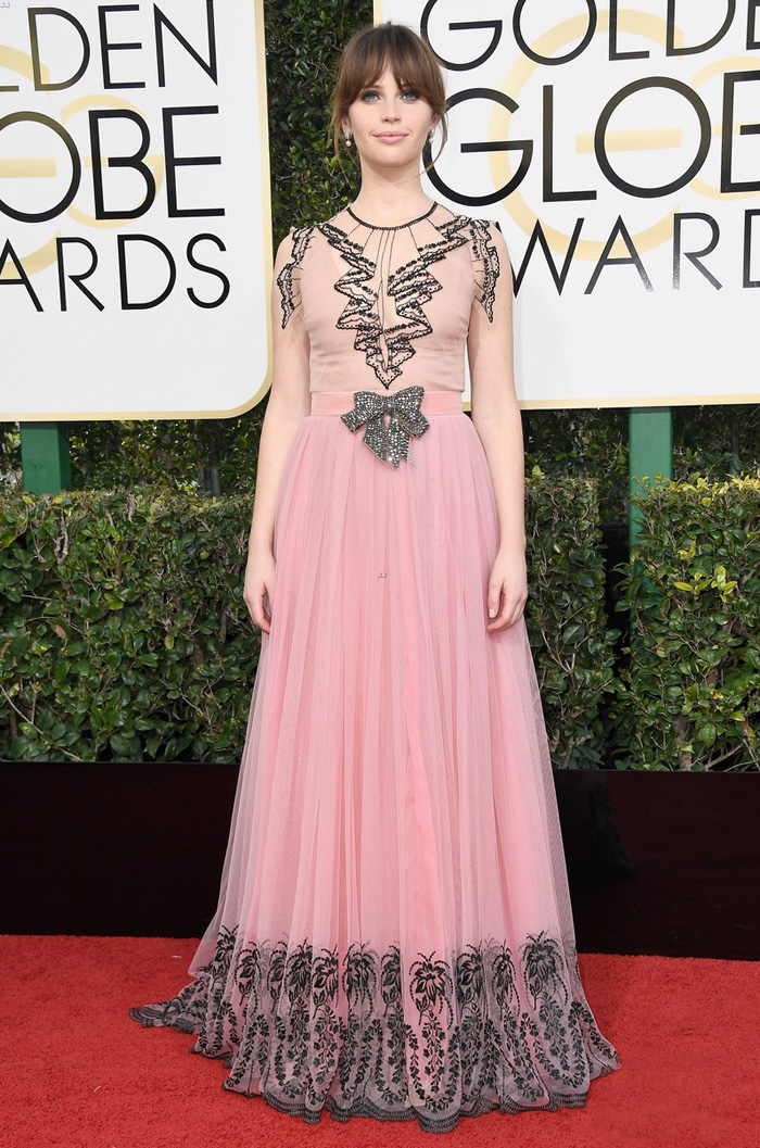 felicity-jones-golden-globes-2017-rouge-one-gucci