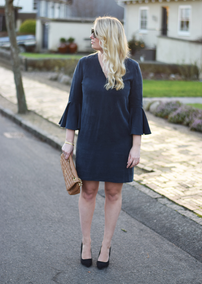 outfit-selected-femme-dress-with-big-sleeves-navy-blue-kjole-med-store-ærmer-dkny-bag-missjeanett-jeanett-jeanette-blogger-odense-odensebloggers