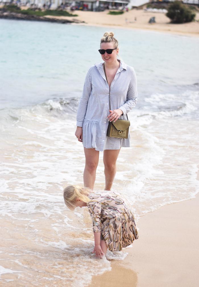 fuerteventura-corralejo-missjeanett-strand-ferie-med-barn-asos-kjole-taske