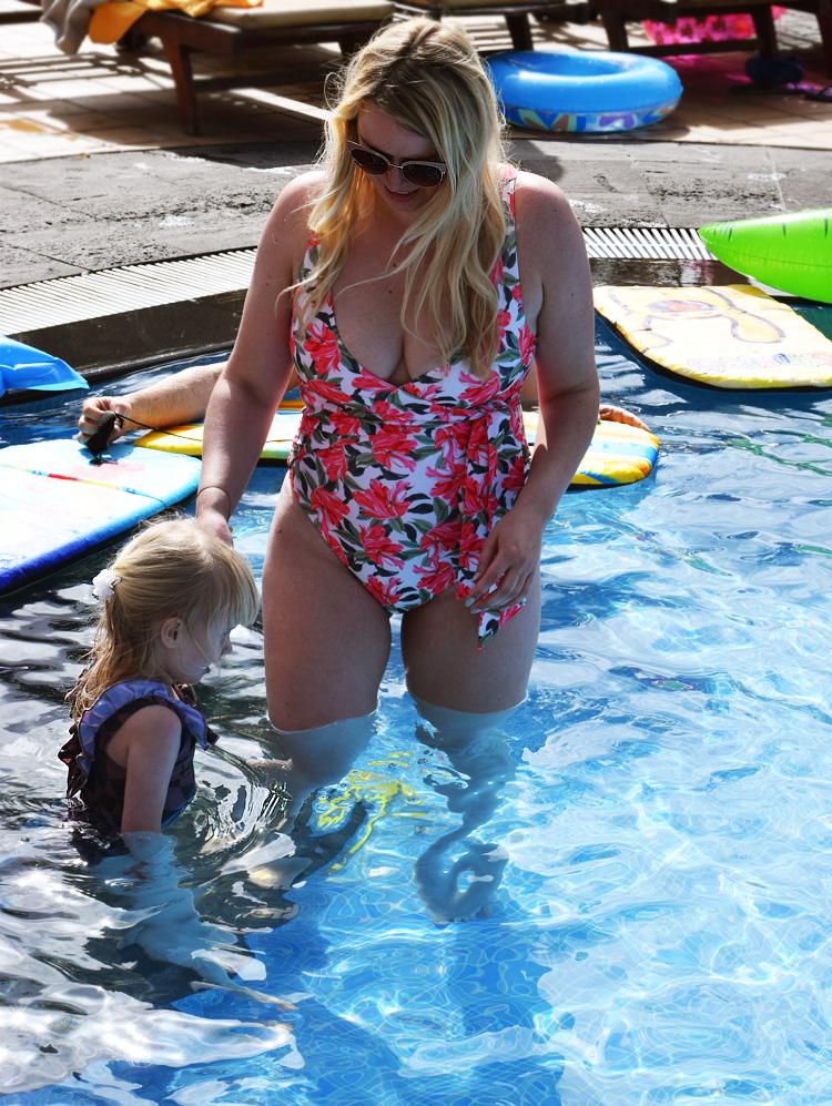 missjeanett-badedragt-fra-asos-blomster-print-sla-om-wrap-bathing-suit-swim-marmar-fuerteventura-fitness-vagttab