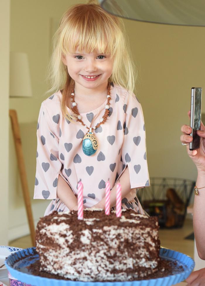 bella-4-aar-foedselsdag-how-to-kiss-a-frogg-kjole-missjeanett-blogger-min-weekend
