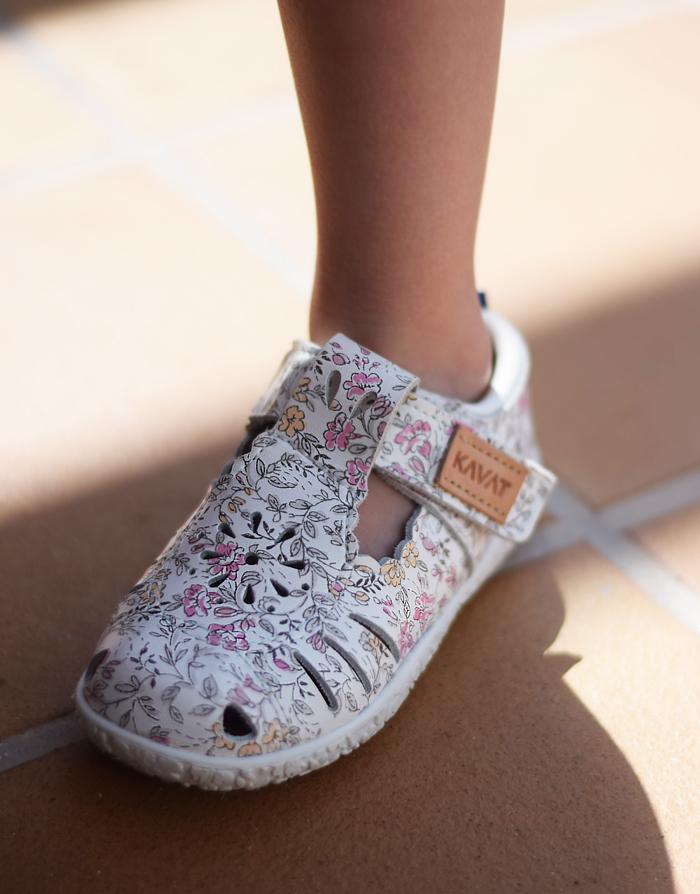 kavat-sandaler-sandals-flower-print-hvide-white-til-smalle-fodder-missjeanett-fuerteventura