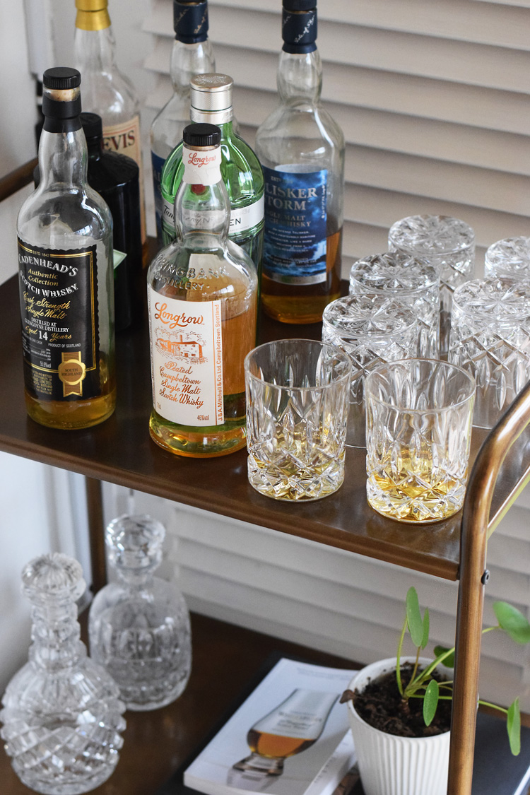 ellos-barvogn-whisky-whiskey-fra-skotland-reol-paa-med-hjul-missjeanett-min-paaske-pilea-plante