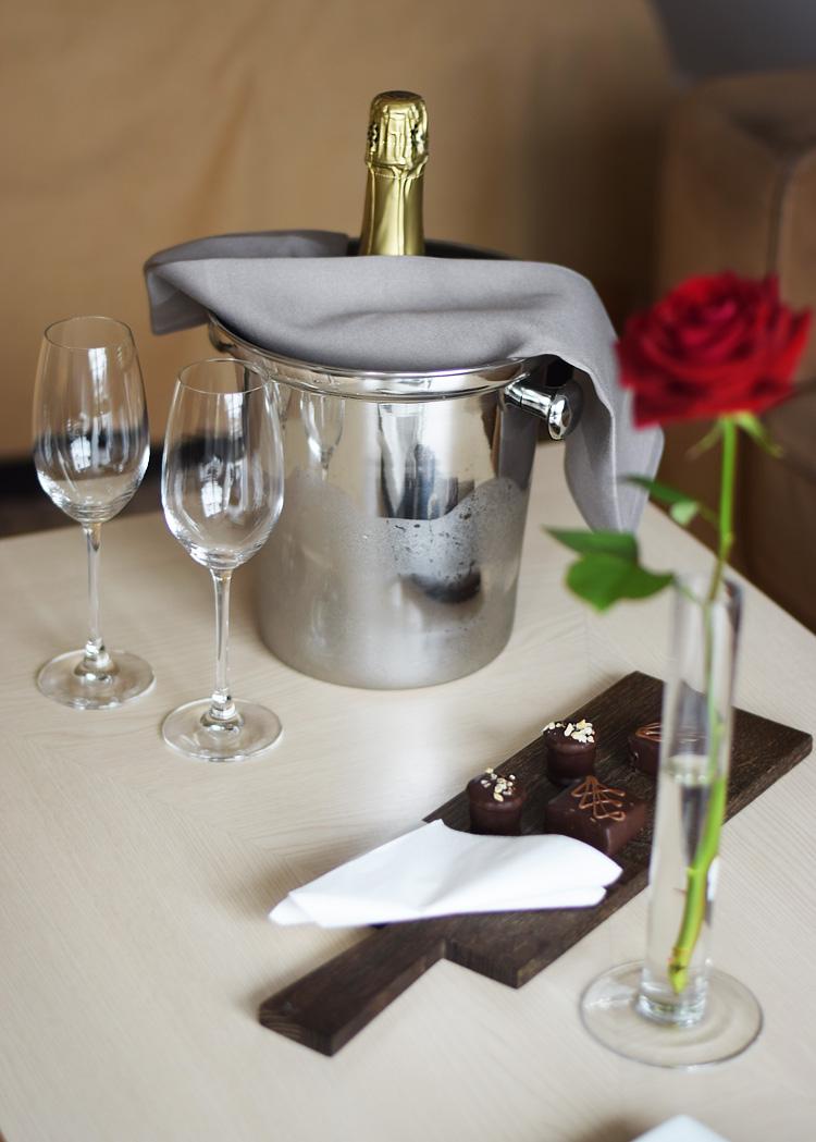 munkebjerg-hotel-i-vejle-tree-top-vaerelse-room-champagne-romantisk-pakke-roser-missjeanett-blogger-spa-ophold