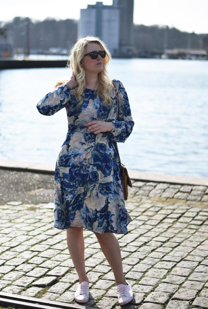 outfit-blue-yas-dress-flower-print-blaat-blomster-missjeanett-blogger-odense-havn-asos-sneakers-pink