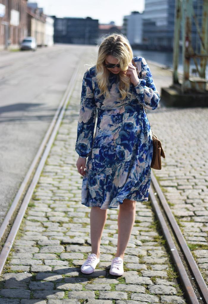 outfit-blue-yas-dress-flower-print-missjeanett-jeanett-drevsfeldt-blogger-tim-vermund-kaereste-asos-sneakers-sko