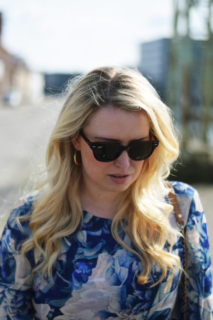 outfit-blue-yas-flower-print-missjeanett-odense-havn-odensebloggers-jeanett-drevsfeldt-hvisk-oereringe