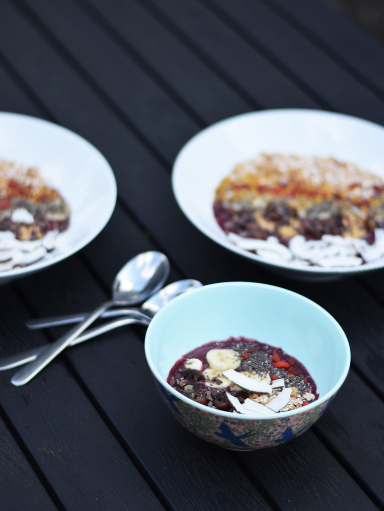 acai-bowl-opskrift-reciepe-med-dadler-banan-chia-kokos-missjeanett-min-weekend