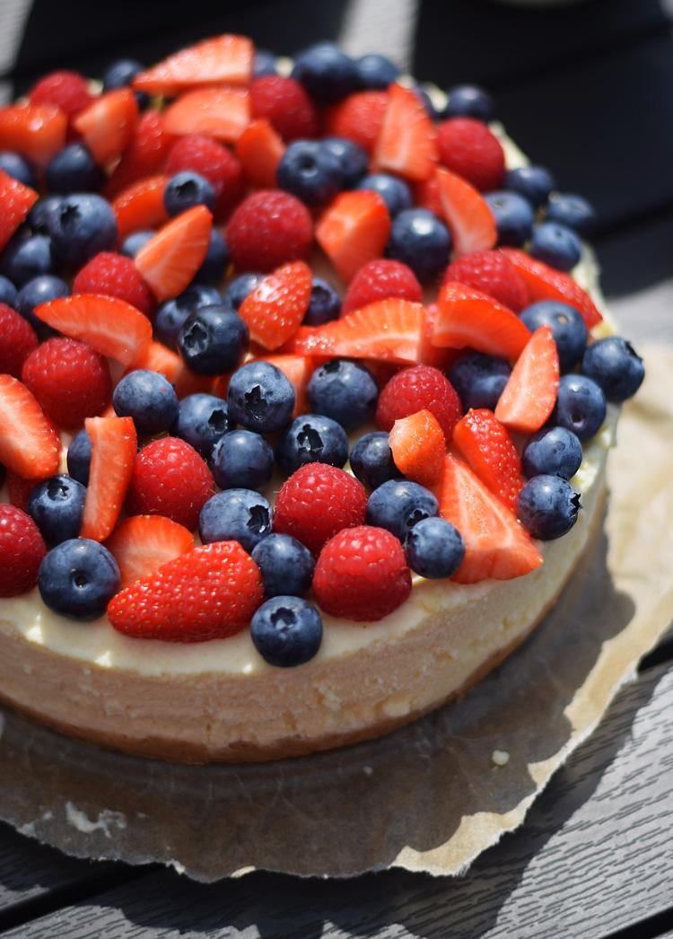 cheesecake-med-friske-baer-hindbaer-blaabaer-jordbaer-missjeanett-opskrift-hvid-chokolade-min-weekend