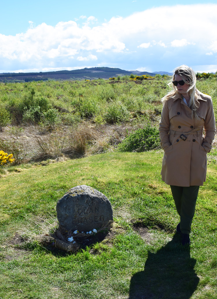 clan-fraser-stone-culloden-moor-battlefield-outlander-location-missjeanett-blogger-trench-coat-like-claire