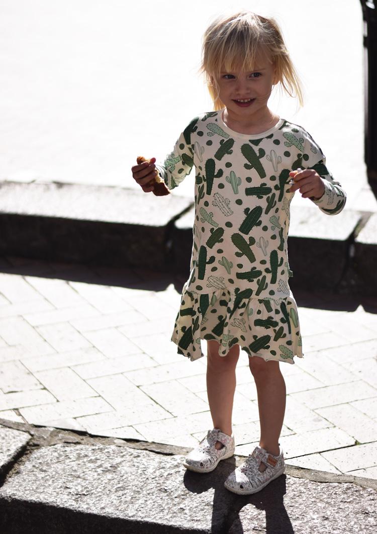 maaned-50-smaafolk-kjole-med-kaktus-print-missjeanett-morblogger-morblog