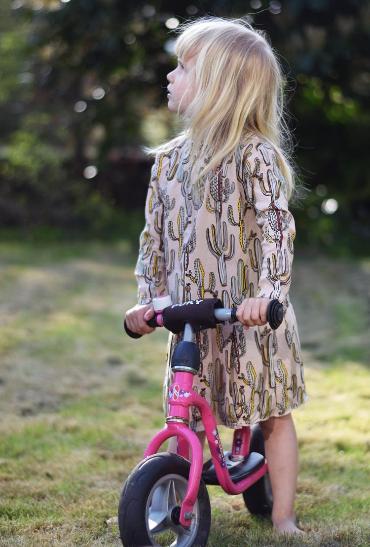 molo-kaktus-kjole-print-missjeanett-puky-loebecykel-pink-min-weekend