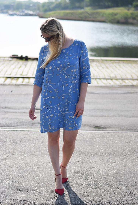 outfit-sommerkjole-fra-selected-femme-blaa-blue-print-moenster-missjeanett-fletning-blond-haar-blonde-braided-hair-odense-havn