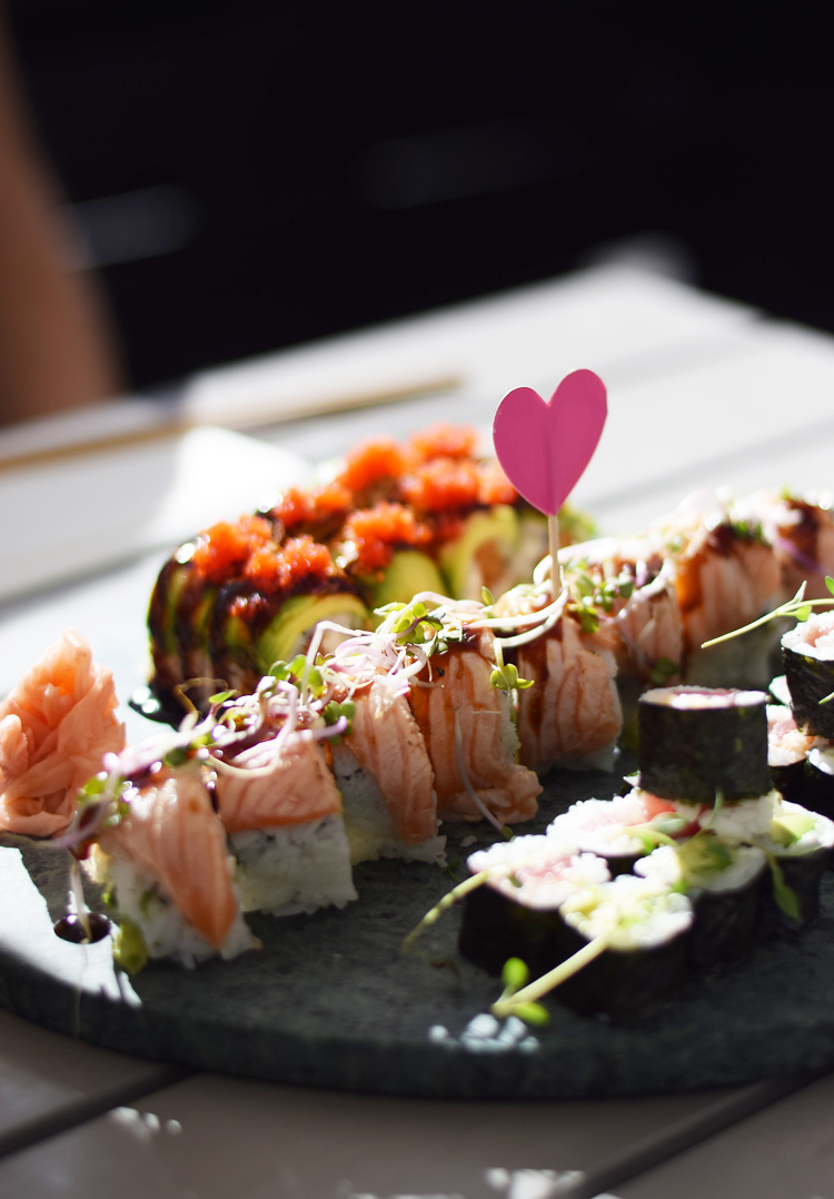 umashi-sushi-odense-bedste-i-flammegrillet-laks-rulle-tusindsaarskoven-min-weekend