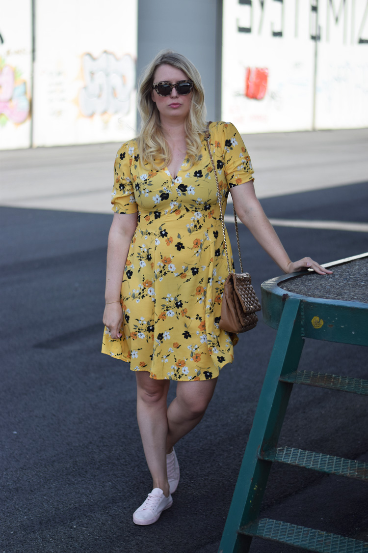 outfit-yellow-asos-kjole-gul-med-blomster-tinderbox-2017-missjeanett-blogger-quay-sunglasses-solbriller-odense-havn-odensebloggers