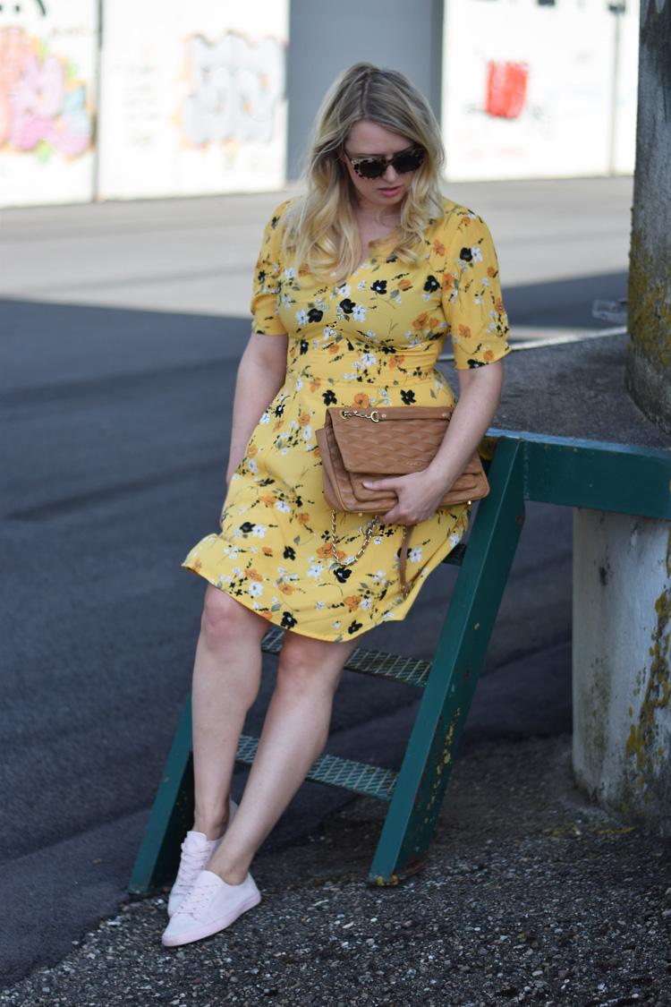 outfit-yellow-asos-tall-flower-print-skater-dress-gul-kjole-fra-asos-missjeanett-quay-solbriller-odensebloggers-odense