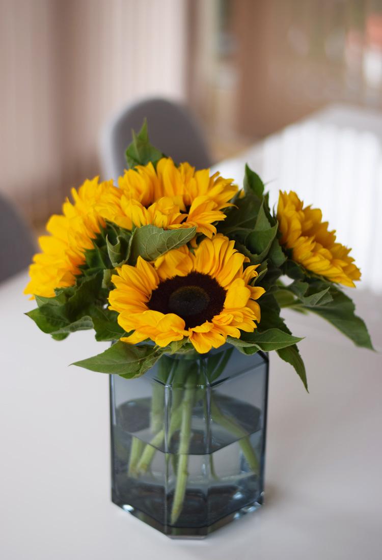 solsikker-blomster-i-vase-jewel-louise-roe-missjeanett-bolig