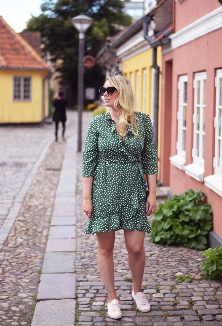 outfit-vero-moda-kjolen-slaa-om-kjole-i-groen-nye-farver-august-2017-missjeanett-blogger-hc-andersens-hus-odense-odensebloggers-celine-solbriller