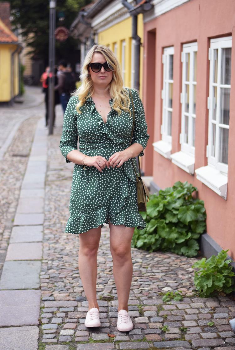 outfit-vero-moda-slaa-om-kjole-med-prikker-wrap-dress-missjeanett-blogger-i-groen-hc-andersens-hus