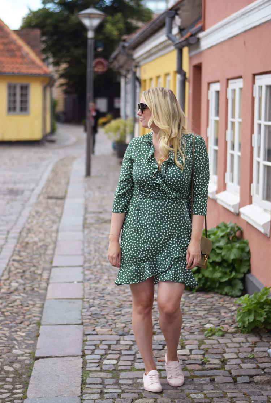 outfit-vero-moda-slaa-om-kjole-wrap-dress-green-prikker-missjeanett-blogger-odense-odensebloggers-hc-andersens-hus-house