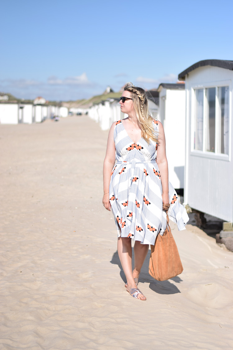 outfit-and-other-stories-missjeanett-i-sommerhus-loekken-saltum-nordjylland-v-neck-dress-kjole