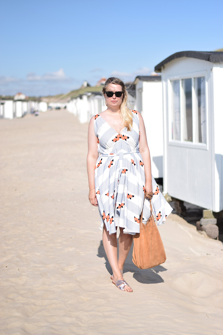 outfit-and-other-stories-v-neck-kjole-dress-missjeanett-i-loekken-saltum-sommerhus-sommerferie-i-danmark-north-surf-asos-sandaler