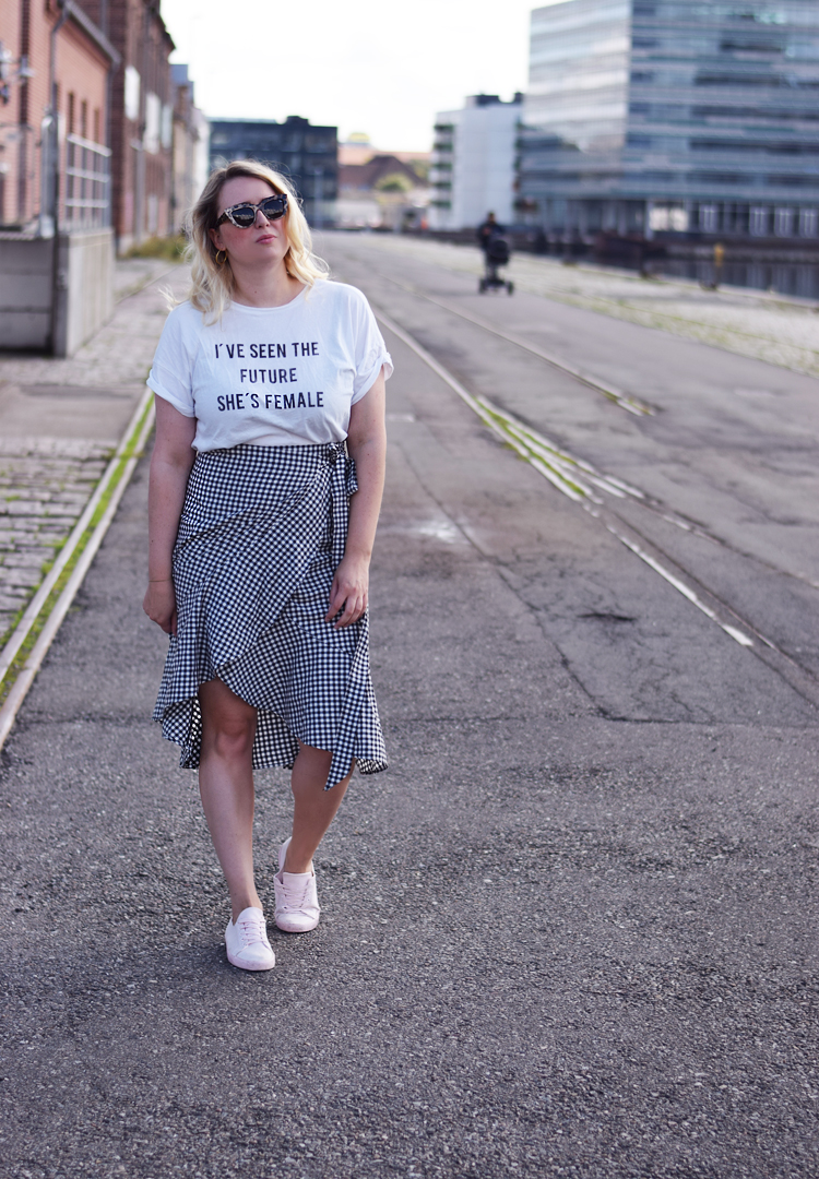 outfit-ellos-skirt-josefina-ive-seen-the-future-shes-female-t-shirt-gina-tricot-missjeanett