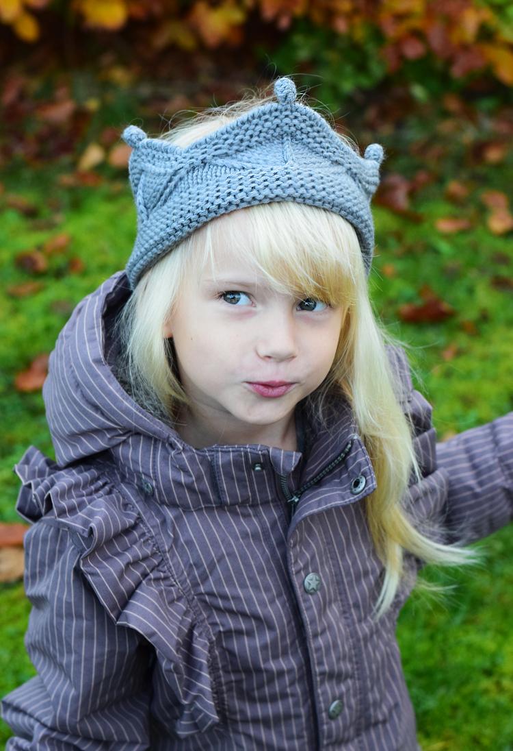 en-fant-jakke-vinter-frakke-med-flaeser-missjeanett-mini-a-ture-krone-pandebaand-crown-strikket-odensebloggers