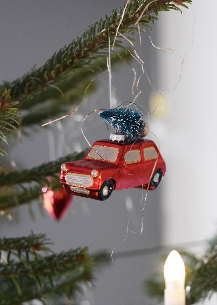 julen-2017-missjeanett-bil-med-trae-paa-toppen