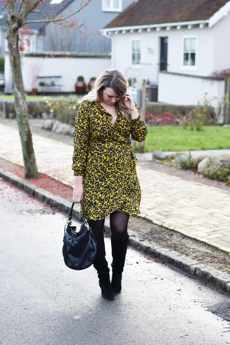 outfit-vero-moda-henna-kjole-dress-wrap-slaa-om-gul-print-missjeanett-odensebloggers-influencer-danish-mommy