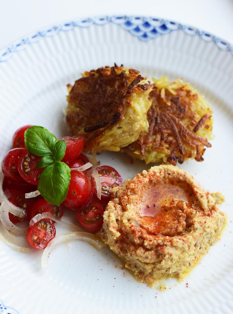 Aarstiderne veganer kasse - Letkas med hummus og tomatsalat