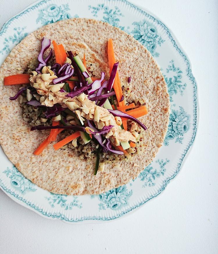 Aarstiderne veganer måltidskasse - Wraps med peanutsauce og quinoa