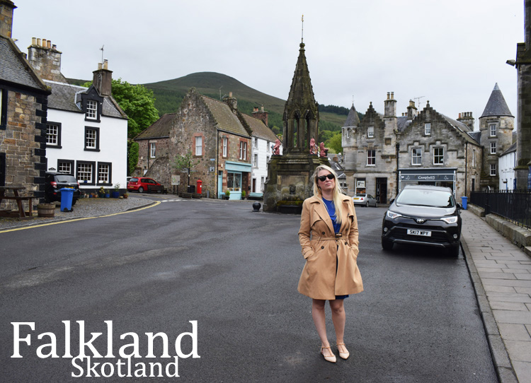 falkland-inverness-1940s-outlander-scotland-skotland-missjeanett-location-locations-steder-trench-coat-like-claire-tekst