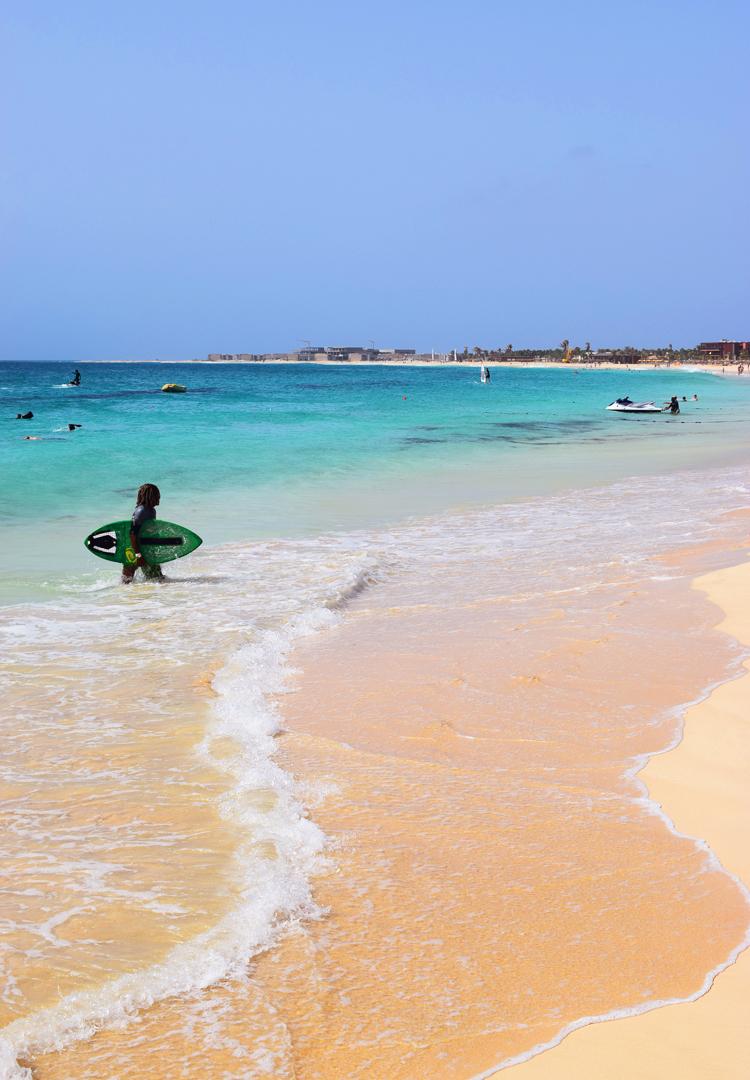kap-verde-sal-santa-maria-beach-strand-surfing-surfe-kite-missjeanett-familieferie-rejser-ferie-paa-cap-verde-afrika-africa-hotel