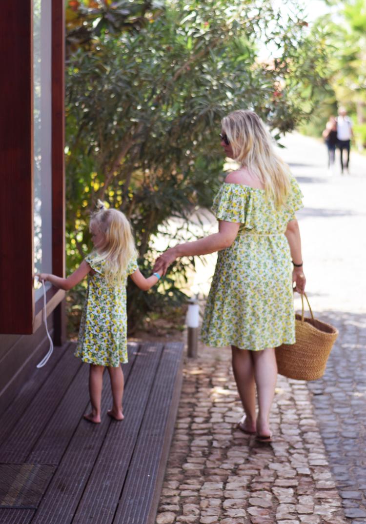 twining-mother-daughter-ellos-fahrmans-x-frida-lemon-print-kap-verde-sal-santa-maria-spies-rejser-afrika-africa-familierejse