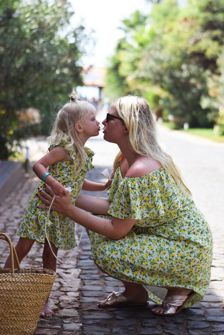twining-mother-daughter-ellos-fahrmans-x-frida-lemon-print-kap-verde-sal-santa-maria-spies-rejser-afrika