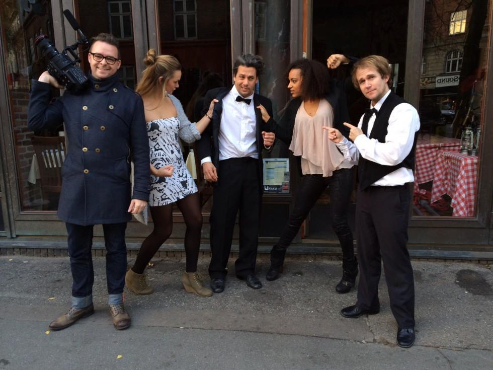 Cast & crew efter optagelserne til den næstsidste sketch.