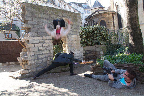 """Optagelser i Paris med David Owe hængende i luften midt i en """"baglænder""""."""