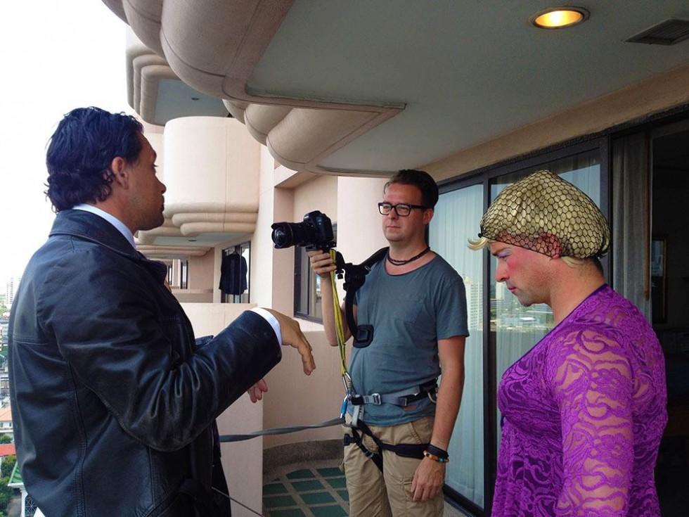 Optagelser på et hotel i Thailand med Jesper Olsen som gammel dame.