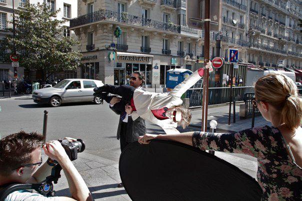 David Owe midt i en atletisk præstation i Paris.