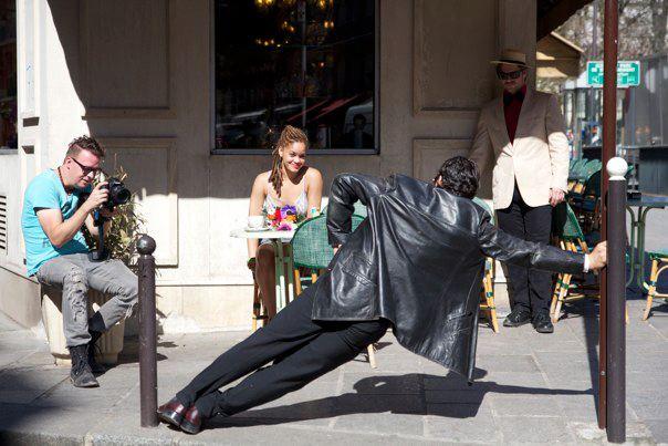 Deni blærer sig foran Marie Kaae i Paris.
